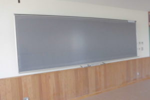 黒板といえば緑色を思い浮かべますよね。でも、今はグレーの黒板があるって知っていますか?「うちの学校の黒板はグレーだよ!」とお子さんが言っていたら、先駆けですね。